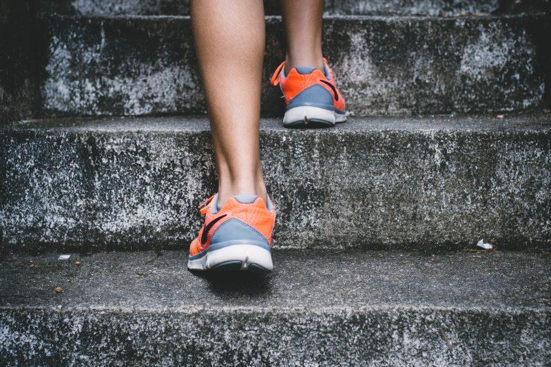 階段をのぼる人の足