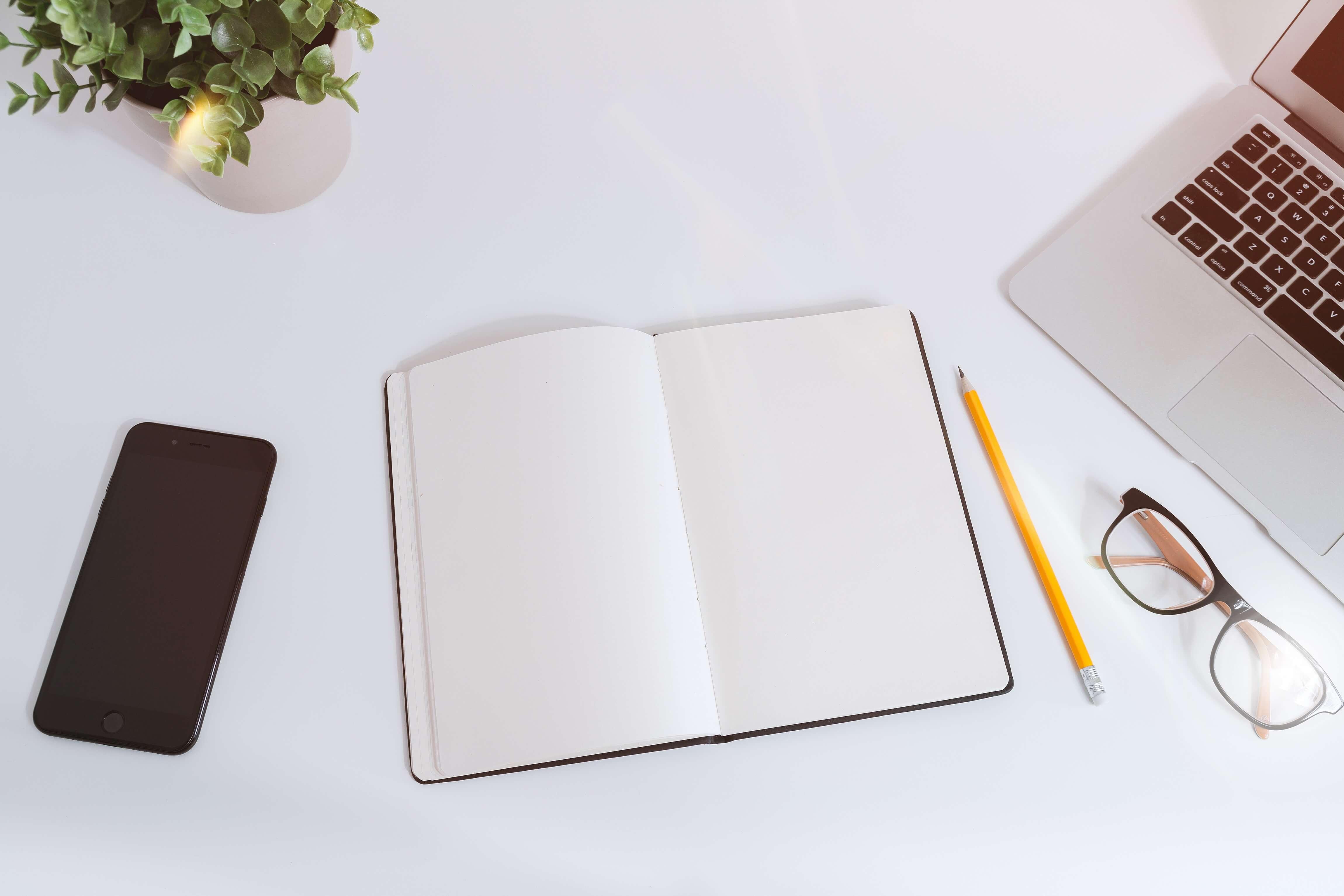 机の上に白紙のノート