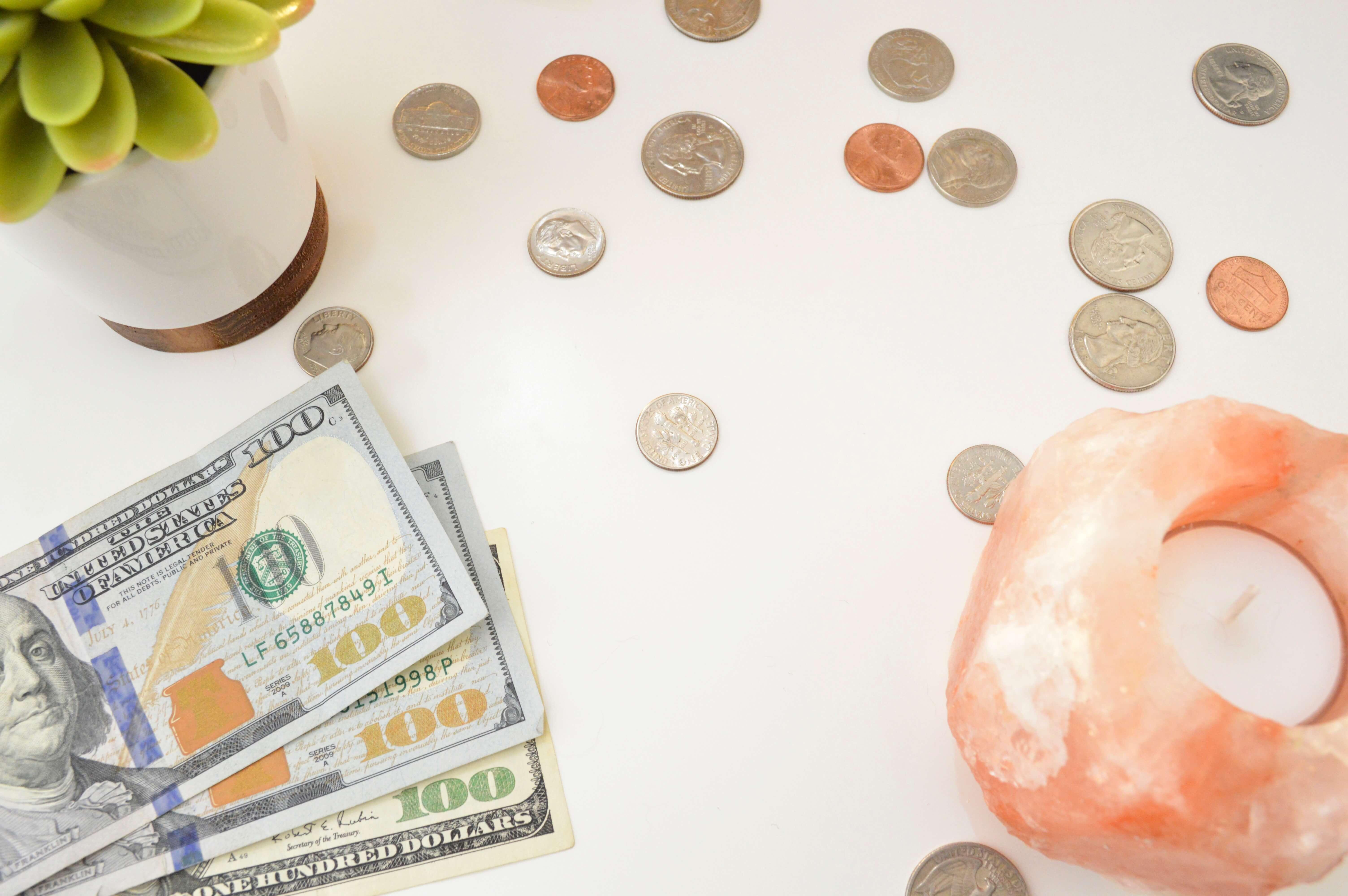 ドルのお金がテーブルにある